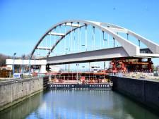 Deze timelapse laat plaatsing nieuwe spoorbrug in de Rotterdamse haven zien