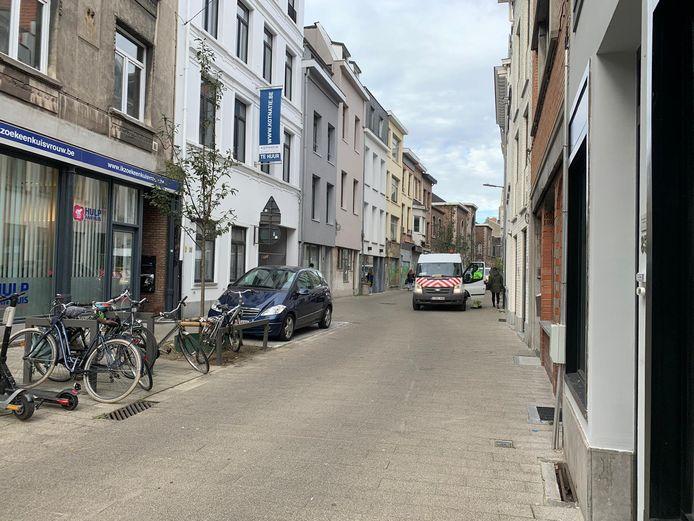 De Begijnenstraat, een van de vele woonerven in het centrum van Antwerpen. Volgens CD&V komen auto's door de inrichting soms te dicht bij de huisgevels.