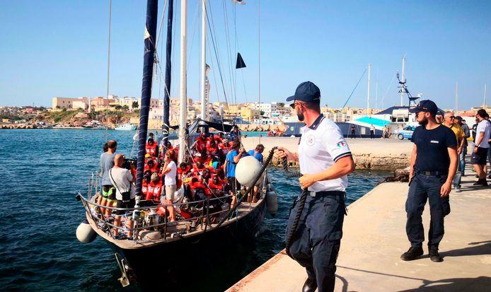 De Alex komt aan in de haven van Lampedusa.