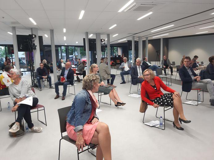 Een onderonsje tussen de burgemeesters Corry van Rhee-Oud Ammerveld van Druten (met spijkerjack) en Marijke van Beek van Wijchen (met rood jasje), voorafgaand aan de gezamenlijke vergadering van de twee gemeenteraden. De meeting, bij schoolmeubelenfabrikant Eromes in Wijchen, werd coronaproof gehouden, dus met stoelen op ruime afstand.