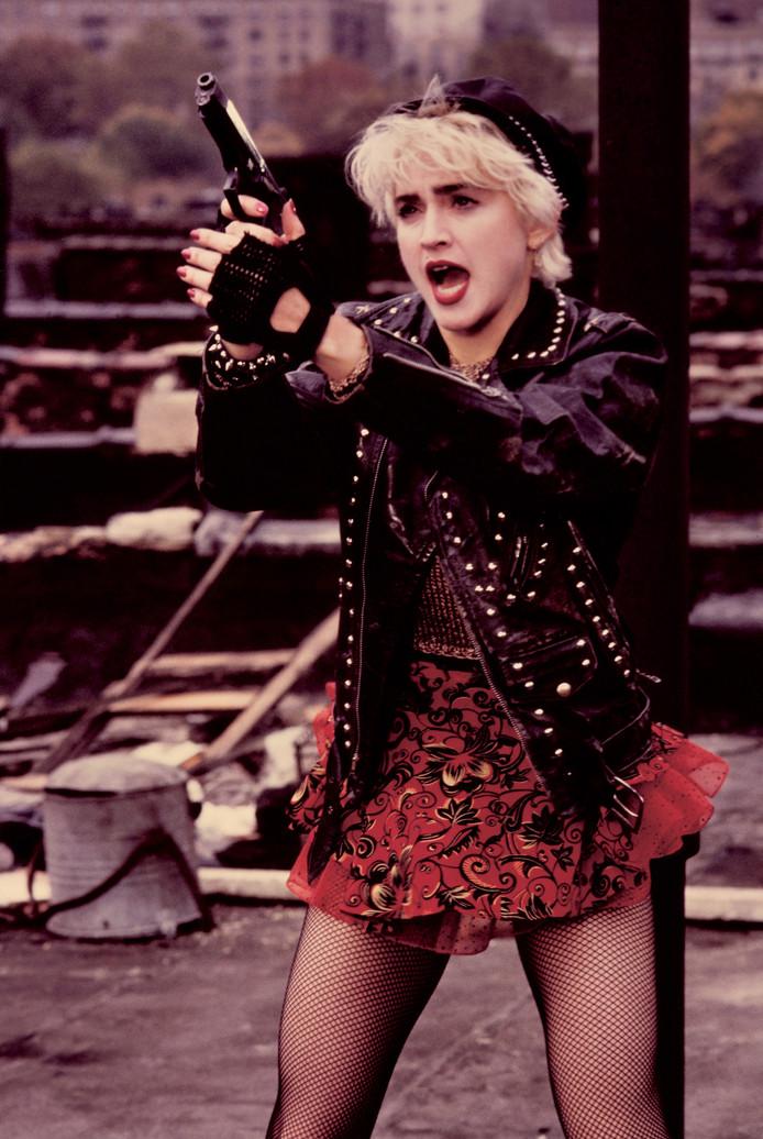 Een foto van Madonna uit de film 'Who's That Girl?', 1987. (Photo by Juergen Vollmer/Redferns/Getty Images). Netpanty, kant, leer; de kleding van Madonna is altijd heel uitgesproken geweest.