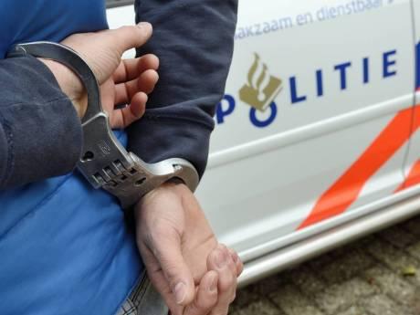 Zutphenaar (25) vast omdat hij agent probeert neer te steken