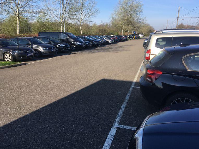 De parking van het station in Testelt.