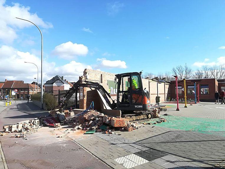 Een luifel van de overdekte speelplaats stortte door de stormwind in.
