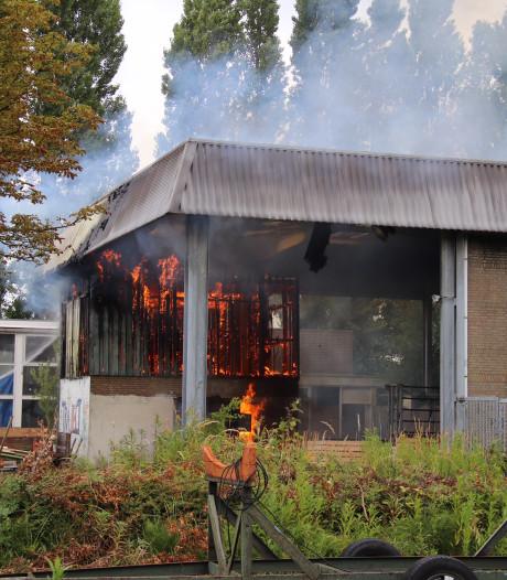 Brand in overkapping leegstaand pand in Middelburg