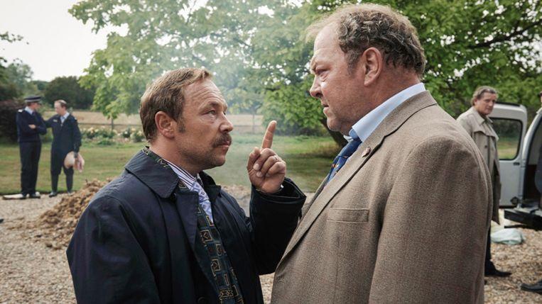 Mark Addy (rechts) en Stephen Graham als brigadier Stan Jones en zijn baas Thomas 'Taff' Jones in White House Farm. Beeld
