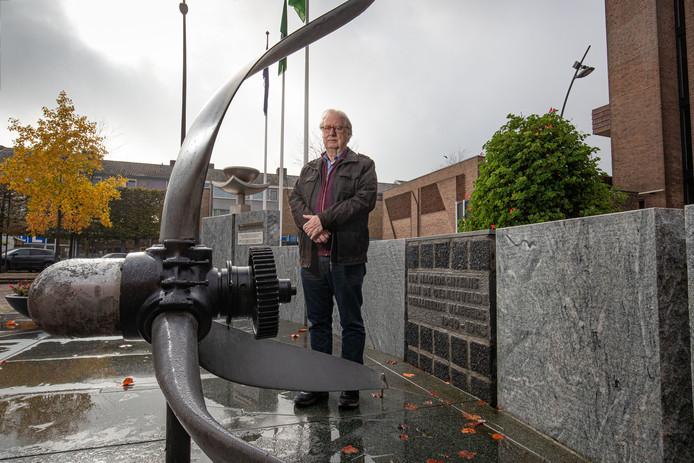 Fred Vogels bij het oorlogsmonument voor het gemeentehuis in Dronten.