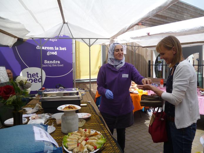 Zubaida uit Syrie verkoopt zelfgemaakte hapjes tijdens de open dag bij het kringloopwarenhuis Het Goed in Schijndel.