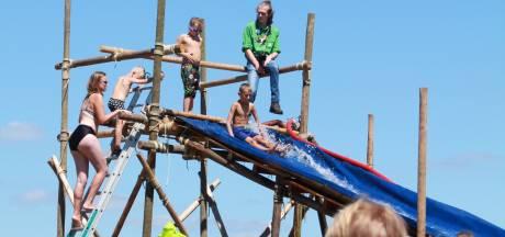 Scouts Dalfsen vieren einde seizoen met reuzenglijbaan bij de Vecht