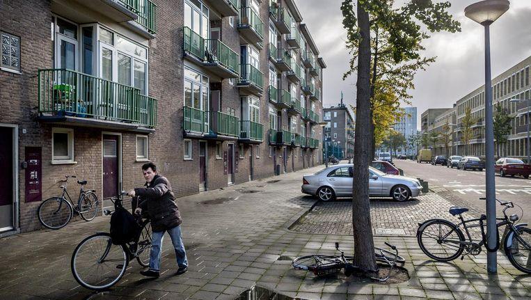 Een straat in de Kolenkitbuurt. Volgens Miltenburg hebben de bewoners er sociaal-economisch geen baat bij naar een rijkere buurt te verhuizen. Beeld Rink Hof
