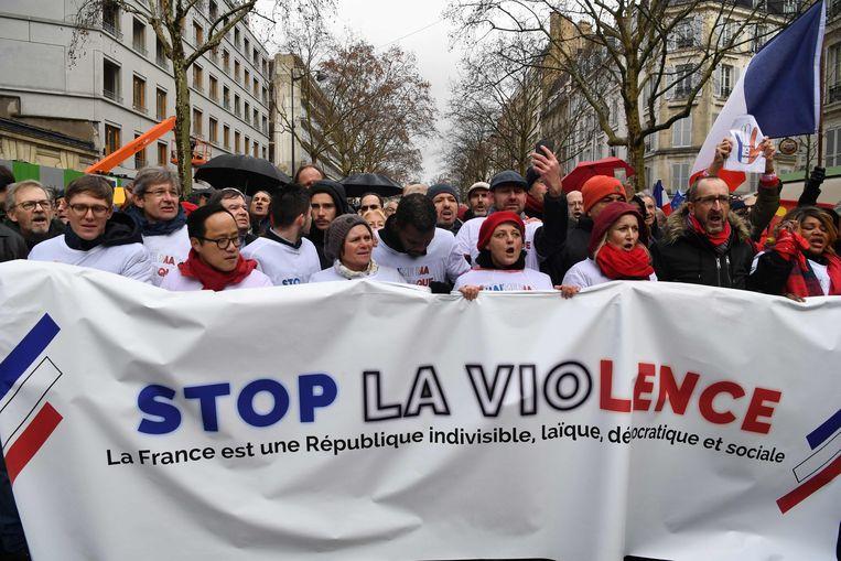 """De 'rode sjaaltjes' brachten een spandoek met de slogan """"Stop het geweld"""" mee."""