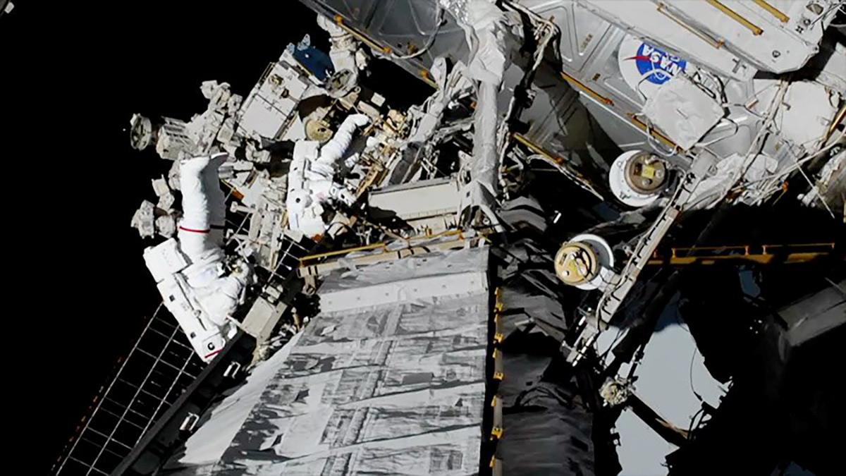 Meir en Koch vervingen een defecte acculader aan de buitenzijde van het ruimtestation.