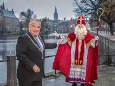 Sinterklaas komt aan in lege en verlaten stad: 'Ik laat mij niet kisten door corona'