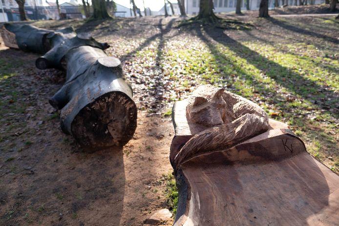 Het houten kunstwerk doet ook dienst als zitbank.