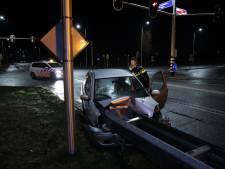 Automobiliste ramt vangrail in Arnhem