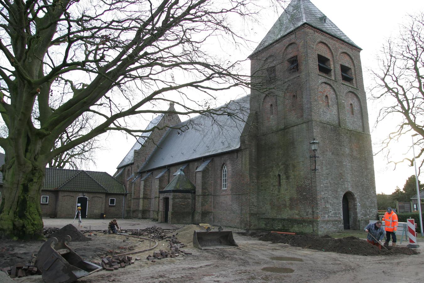 Vanaf de kerk in Wesepe moet er een weg hebben gevoerd naar de versterking, waarschijnlijk een toren of burcht. Dat is te zien op satellietbeelden.