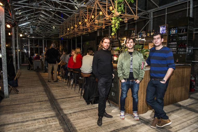 Organisatoren Nelson Donck, Yves Schillekens en Thomas Wijnen in het café waar ze een volkse sfeer voor de buurt willen creëren.