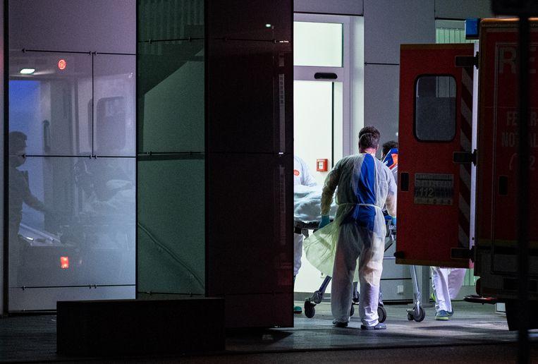 De eerste coronapatiënt uit Noordrijn-Westfalen arriveert bij het academisch ziekenhuis van Düsseldorf.  Beeld null