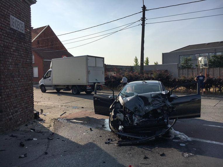 De auto knalde op het kruispunt op een voorbijrijdende vrachtwagen.