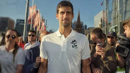 Novak Djokovic met fans op Federation Square in Melbourne.