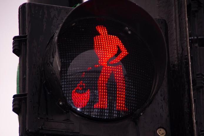 Het kruikenzeikerstoplicht: bij groen loopt het mannetje vooruit, bij rood plast hij zijn kruikje vol.