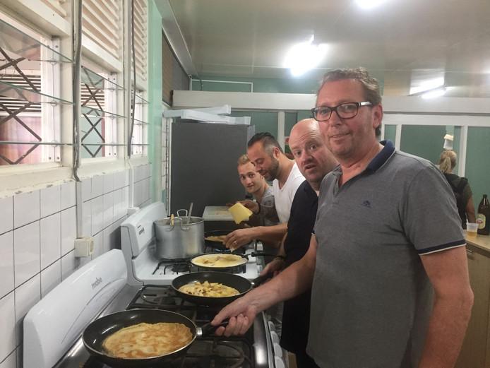 Gerard Wollerich met zijn team sterrenkoks bakken pannenkoeken in Suriname voor kinderen met een geestelijke of lichamelijke beperking.
