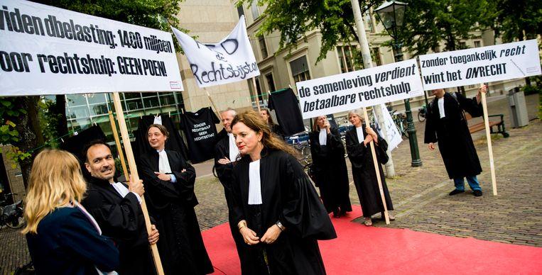 Advocaten protesteren tegen de bezuinigingen op de gesubsidieerde rechtsbijstand. Beeld ANP