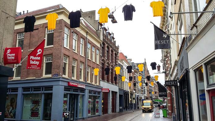 Ook in de Rijnstraat hangt het vol met geel en zwart. Foto DG