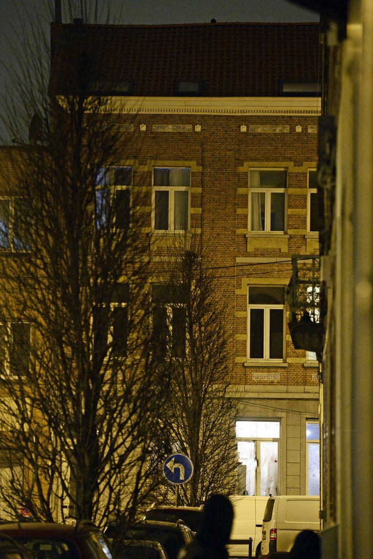 Het appartement in de Vierwindenstraat in Molenbeek waar de politieactie plaats vond. Beeld belga
