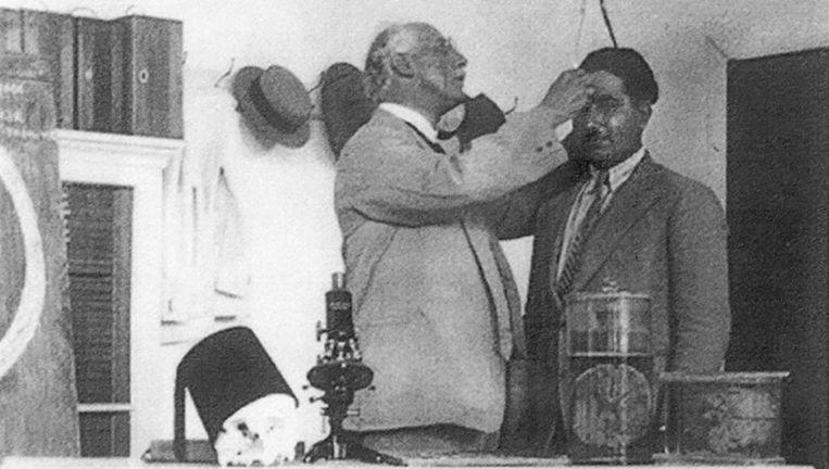 Ariëns Kappers tijdens een meting in Beiroet, 1929 Beeld Reprinted Courtesy of American University of Beirut Libraries