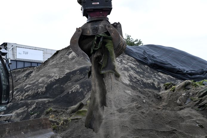 In september is bij kunstgrasverwerker Tuf Recycling in Dongen een aanvang gemaakt met het opruimen van het met rubber gemengde zand, het zogenaamde infill.