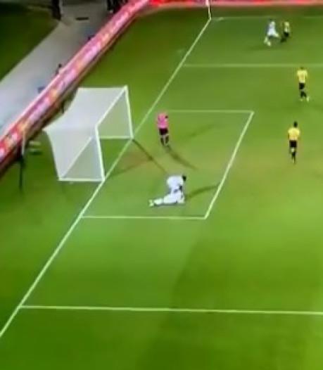Habibou stopt met helpen geblesseerde ploeggenoot om even snel te scoren