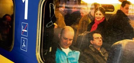 Linda en tientallen treinreizigers urenlang gestrand: 'Door telefoonstoring kunnen ze niemand bereiken'