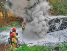 Busje vliegt in brand na kortsluiting in koffiezetapparaat