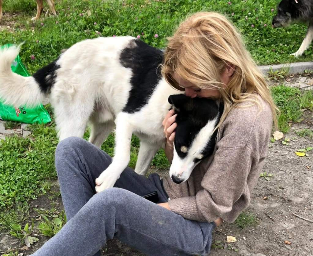 Merlyn knuffelt één van haar honden.