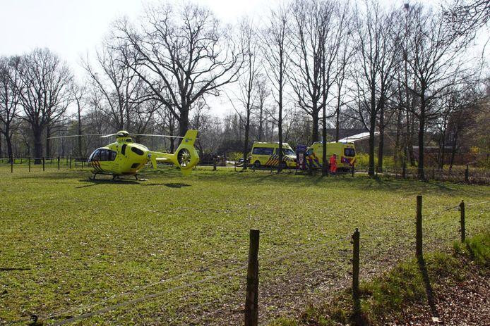 Op de Oude Eibergseweg in Neede is een man ernstig gewond naar het ziekenhuis gebracht.