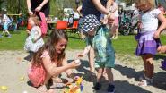 Kinderen zoeken paaseieren in Warandepark onder stralend zonnetje