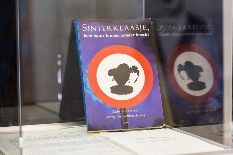Sinterklaasje, kom maar binnen zonder knecht, een boek uit 1998 Beeld Tammy van Nerum