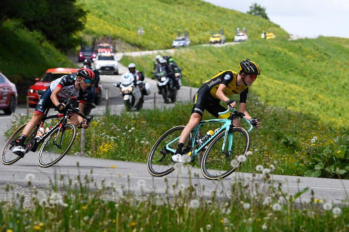 Antwan Tolhoek (rechts) rijdt aanvallend in de Dauphiné