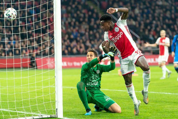 Quincy Promes met zijn eerste goal tegen Ajax. Na een pass van Hakim Ziyech kopt hij de bal achter doelman Janis Blaswich.