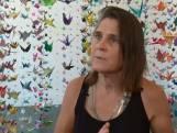 Kunstenares herdenkt coronaslachtoffers met duizenden origami kraanvogels