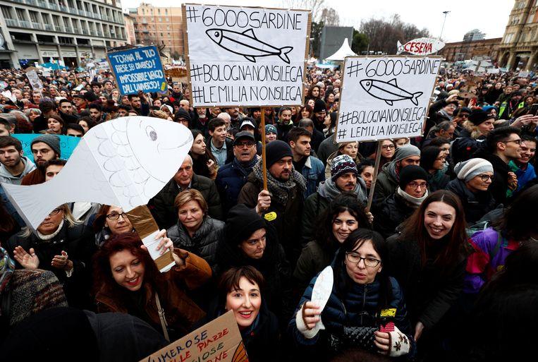Supporters van 'de sardientjes', een beweging tegen rechts-nationalistische leider Matteo Salvini. Beeld REUTERS