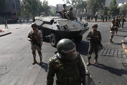 Voor het eerst sinds 1990 patrouilleerden er weer militairen op straat in Santiago.