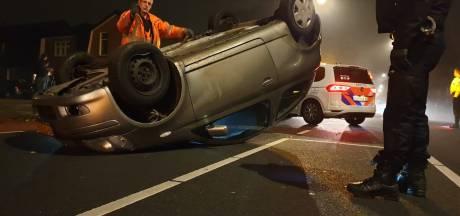 Auto over de kop in Hengelo, geen gewonden