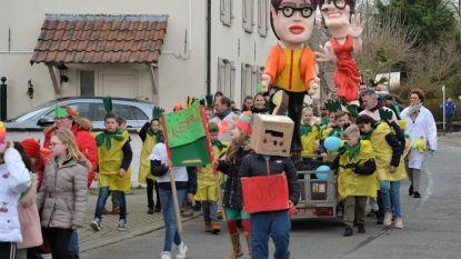 Leerlingen 't Schoolke trekken in carnavalsstoet door straten