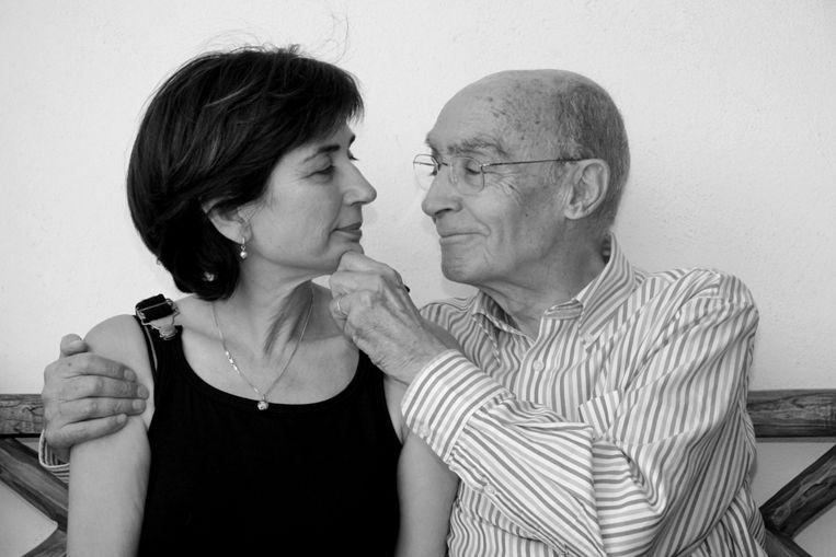 De Portugese schrijver en winnaar van de Nobelprijs voor de Literatuur (1998) José Saramago en zijn vrouw (EPA) Beeld EPA