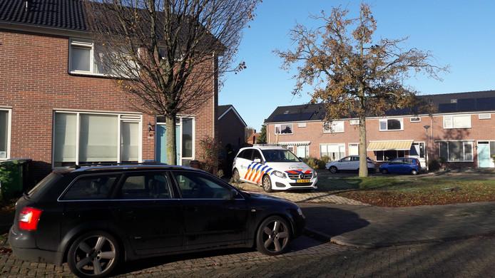 De politie in de Huijgensstraat in Hoogerheide, waar vrijdagnacht onder dreiging van een vuurwapen een auto werd gestolen.
