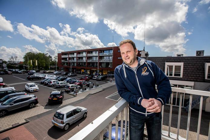 Hans Blom van Grandcafé 2Floors, met achter zich het Oranjeplein in De Lier. Daar stond vorig jaar nog een grote feesttent. Nu moet hij het met een veel kleinere variant doen, naast zijn zaak.