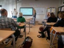 Leerlingen Judith en Esther leggen docenten uit hoe je 'autismevriendelijk' les geeft