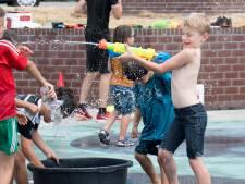 Tielse kinderen doen waterspelletjes op het Waterplein